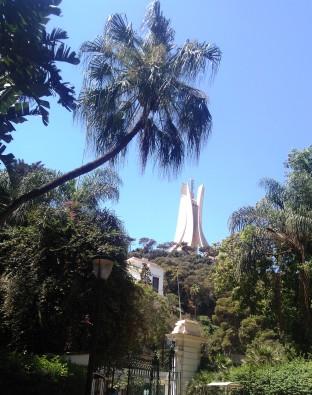vue-du-monument-aux-morts-depuis-le-jardin-dessaie