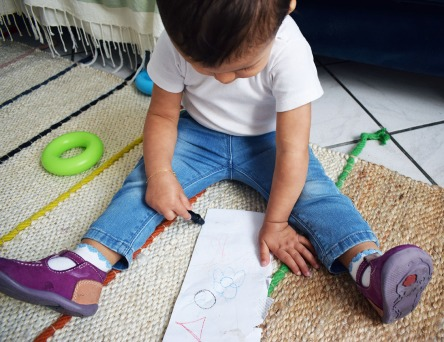 lina-assise-sur-le-tapis-qui-dessine