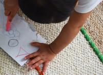 lina-dessine-avec-des-craies-grasse