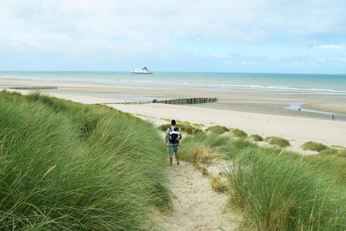 papa-et-lina-dans-les-dunes-de-calais