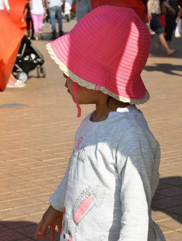 lina chapeau dans la foule