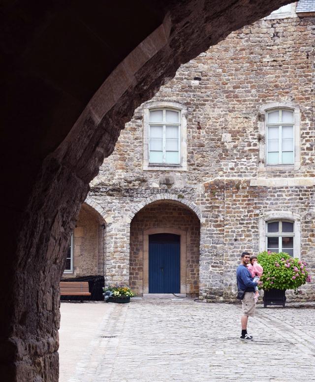 la linette et son papa dans l'enceinte du chateau de boulogne