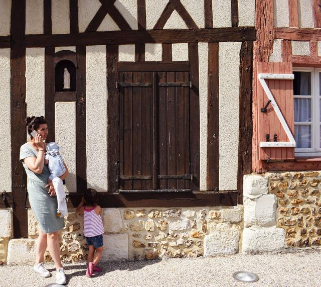 sofia et les enfants dans le village du bec helloin