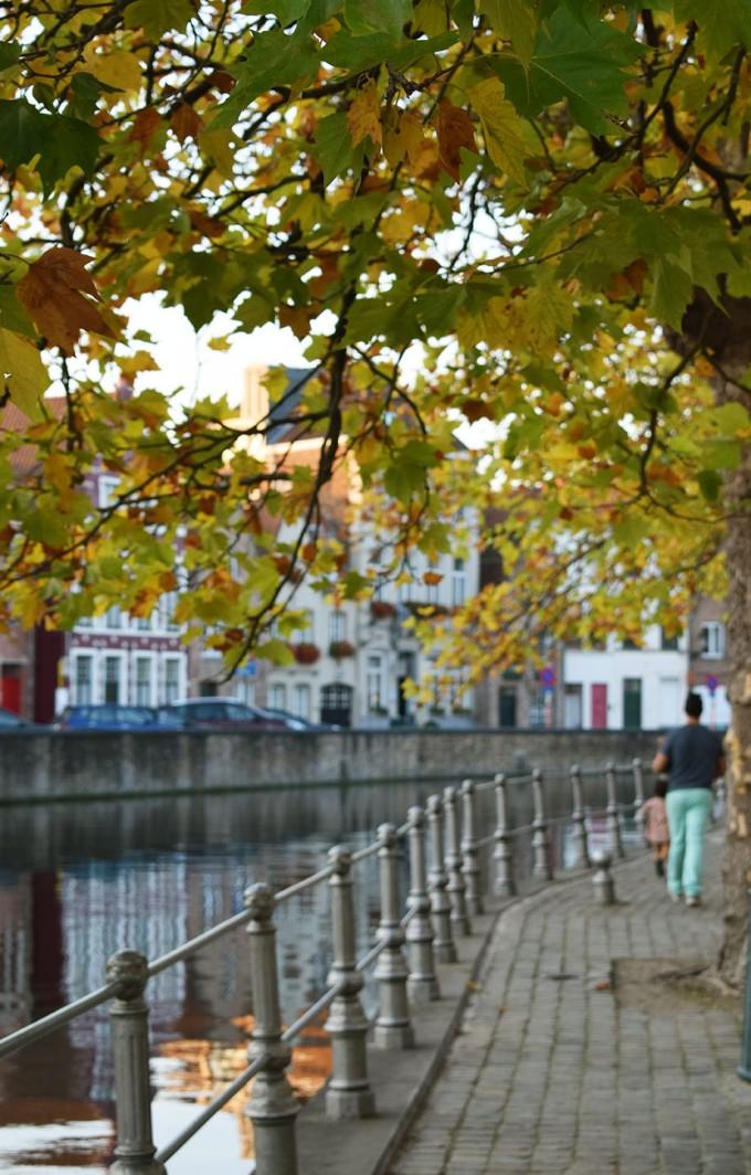 des feuilles d'automne et la famille nus pieds