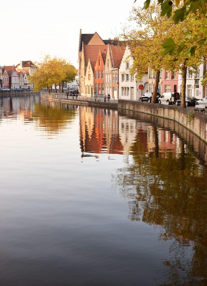 maisons de brugges et mirroir dans l'eau