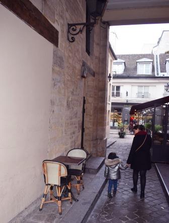 lina et carmela dans une ruelle de paris 2017