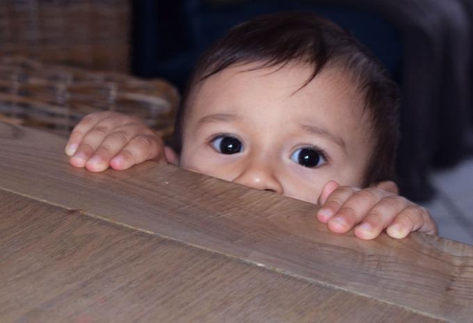 petit camil sous la table