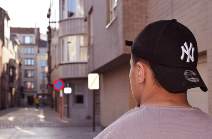 photo de dos dans la rue