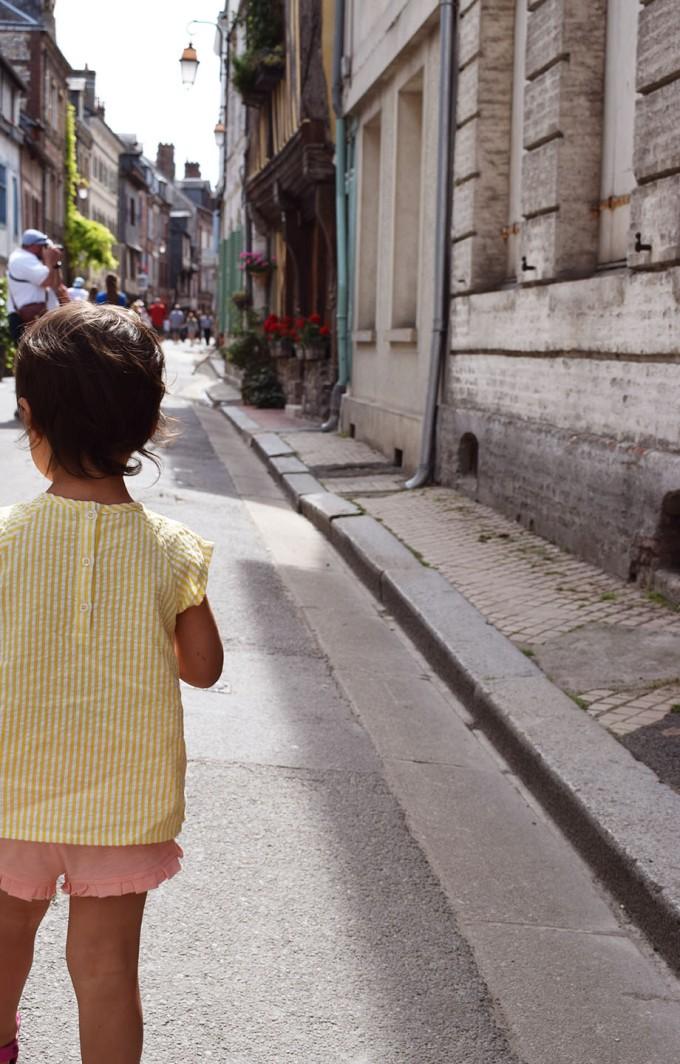 lina de dos dans les rues de honfleur